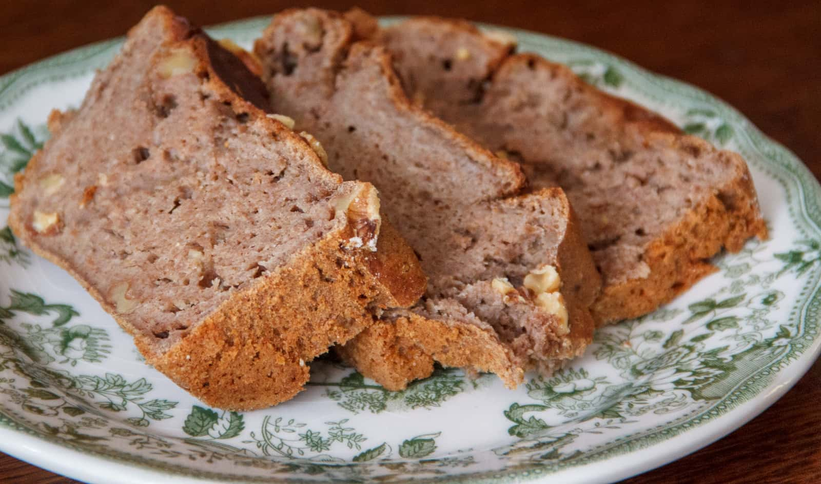 Plakjes bananenbrood op een bordje